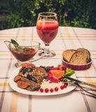 Wołowina gulasz z marchewką i wysuszoną śliwką nakrywa z, ryż, fasolami i pomidorami, Zdjęcia Stock