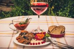 Wołowina gulasz z marchewką i wysuszoną śliwką nakrywa z, ryż, fasolami i pomidorami, Obraz Stock