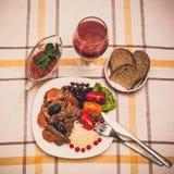 Wołowina gulasz z marchewką i wysuszoną śliwką nakrywa z, ryż, fasolami i pomidorami, Obraz Royalty Free