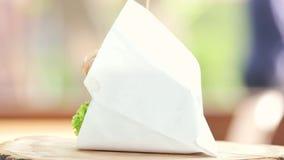 Wołowina hamburgeru boczny widok zbiory wideo