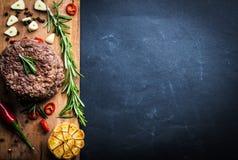 Wołowina hamburgeru cutlet z ziele i pikantność Obraz Stock