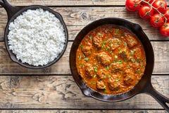 Wołowina Madras tradycyjny zwalnia kucbarskiego Indiańskiego korzennego chili jagnięcego mięsnego jedzenie z ryż i pomidorami Obrazy Stock