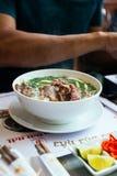 Wołowina Pho jest Wietnamski zupny składać się z rosół, ryżowi kluski dzwoniący bà ¡ nh phá' Ÿ, few ziele i mięso, Zdjęcie Stock