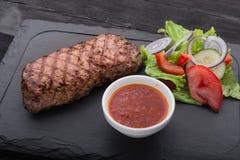 Wołowina stek dalej z świeżą sałatką na kamieniu Obrazy Royalty Free