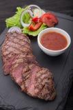 Wołowina stek dalej z świeżą sałatką na kamieniu Fotografia Royalty Free