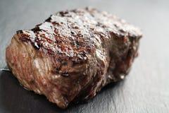 Wołowina stek od antrykot części na łupek desce Zdjęcia Royalty Free