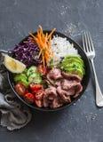 Wołowina stek, ryż i jarzynowa władza, rzucamy kulą Zdrowy zrównoważony karmowy pojęcie Na ciemnym tle obraz royalty free