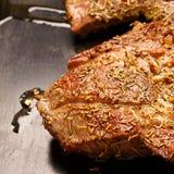 Wołowina stek smażący w gorącej niecce Zdjęcia Stock