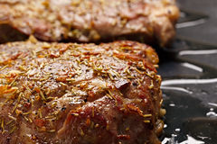 Wołowina stek smażący w gorącej niecce Obrazy Royalty Free