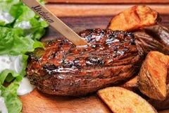 Wołowina stek z francuz sałatą i dłoniakami Fotografia Stock