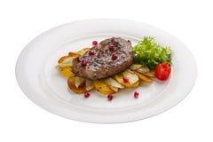 Wołowina stek z grulami na białym talerzu obraz stock