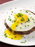 Wołowina stek z smażącym jajkiem na bielu talerzu obraz royalty free