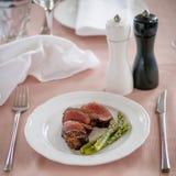 Wołowina stku środek piec na grillu i asparagus Obraz Stock