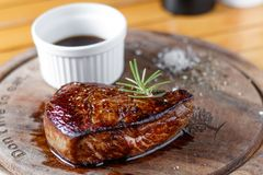 Wołowina stku środek piec na grillu i kumberland Obrazy Royalty Free