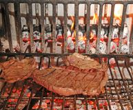 Wołowina stku gotujący rzadki w grabie Obrazy Royalty Free