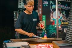 Wołowina sześcianu sprzedawca w Tajwan Fengjia nocy rynku fotografia stock