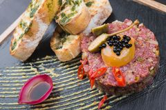Wołowina tartare z jajkiem zdjęcie stock
