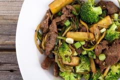 Wołowiny i brokułów fertania dłoniak obrazy stock