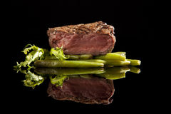 Wołowiny stku średni rzadki na czarny tle Obrazy Stock