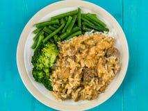 Wołowiny Stroganoff Z Długiego Zbożowego Rice brokułami i fasolkami szparagowymi Zdjęcia Royalty Free