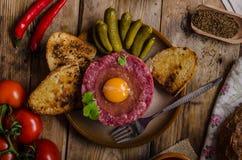Wołowiny tartare naczynie zdjęcie royalty free