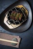Wołowiny tenderloin piec na grillu stek, czarny tło, odgórny widok zdjęcie royalty free
