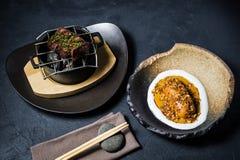 Wołowiny tenderloin stek piec na grillu z bocznym naczyniem piec batata, czarny tło fotografia royalty free