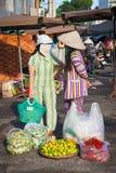 Wo越南妇女有一次交谈在街市,芽庄市,越南上 免版税库存照片