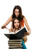 Wo entsetzter Frauenblick in Buch Stockfotografie
