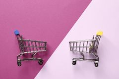Wo-Minieinkaufswagen auf einem purpurroten Hintergrund lizenzfreie stockbilder