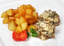 Wołowina medalionów wołowina w pieczarkowym julienne z kartoflanymi klinami Obrazy Royalty Free
