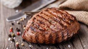 Wołowina stek na drewnianej desce Zdjęcia Royalty Free