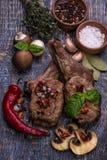 Wołowina stek na drewnianym tle Obrazy Royalty Free