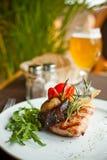 Wołowina stek z piec na grillu warzywami Obrazy Stock