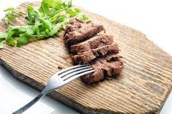 Wołowina z rozwidleniem na drewno talerzu Obraz Stock