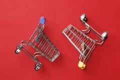 Wo-shoppingvagnar p royaltyfria foton