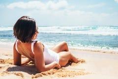 Woamn принимает ванну солнца на тропическом пляже Стоковая Фотография RF