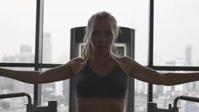 Woamn i idrottshall stock video