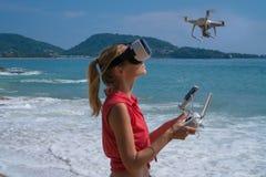 Woan при стекла камеры и виртуальной реальности трутня принимая фото и видео на пляже стоковые изображения rf