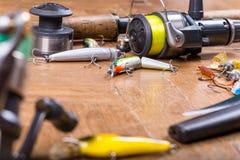 Wobbler, barra, cuchillo y carrete del cebo de pesca Fotografía de archivo libre de regalías