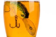 Wobbler del cebo de pesca en vidrio con la cerveza Imágenes de archivo libres de regalías