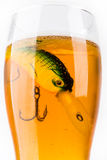 Wobbler del cebo de pesca en vidrio con la cerveza Fotografía de archivo libre de regalías