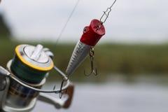 Wobbler plástico del señuelo de la pesca en el giro Fotos de archivo