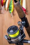 Wobbler y carrete del cebo de pesca con la línea Fotos de archivo libres de regalías