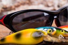Wobblers удя приманок крупного плана с солнечными очками Стоковое Изображение