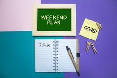 Wochenenden-Plan Organisieren Sie mit Anmerkung und Liste auf Hintergrund zu tun lizenzfreie stockfotos