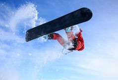 Wochenendentätigkeiten - snowkiting! Extrem und Spaß! Eine Reise zum russischen Norden zum Drachen in der weißen Tundra der Show  stockbilder