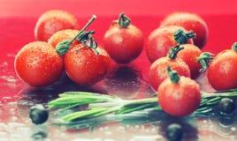 Wod kropel zieleni pomidory Fotografia Royalty Free