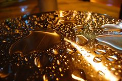 Wod krople iluminować na metalu filarze zdjęcia stock