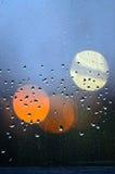 Wod krople Kwiecień brać prysznić na brudnej tafli szkło Zdjęcia Stock